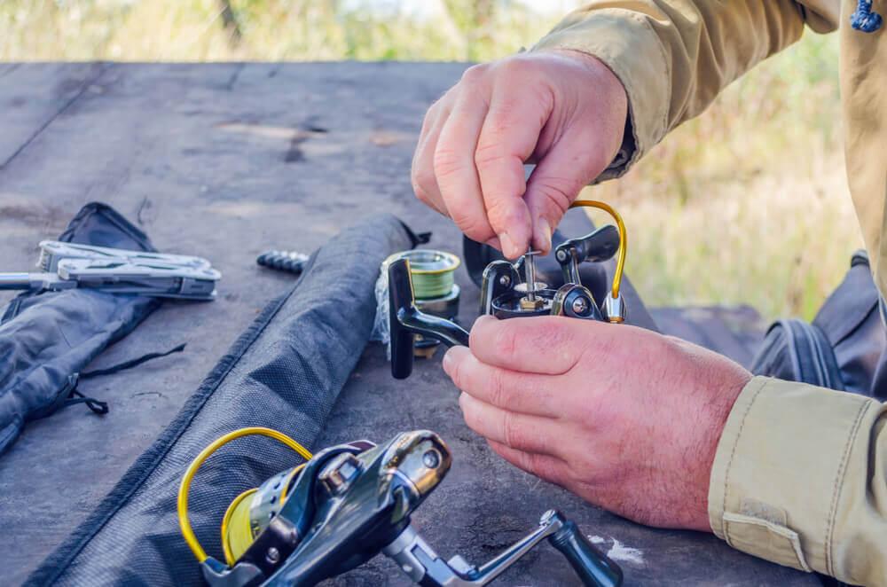 Man clean A Fishing Reel
